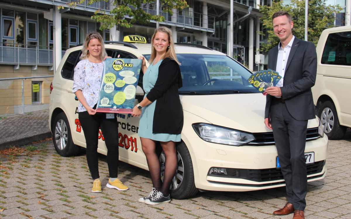 V.l.n.r.: Marie Grieshammer und Carmen Hahn sowie Landrat Florian Wiedemann präsentieren das neue Fifty-Fifty-Taxi. Bild: Landratsamt Bayreuth