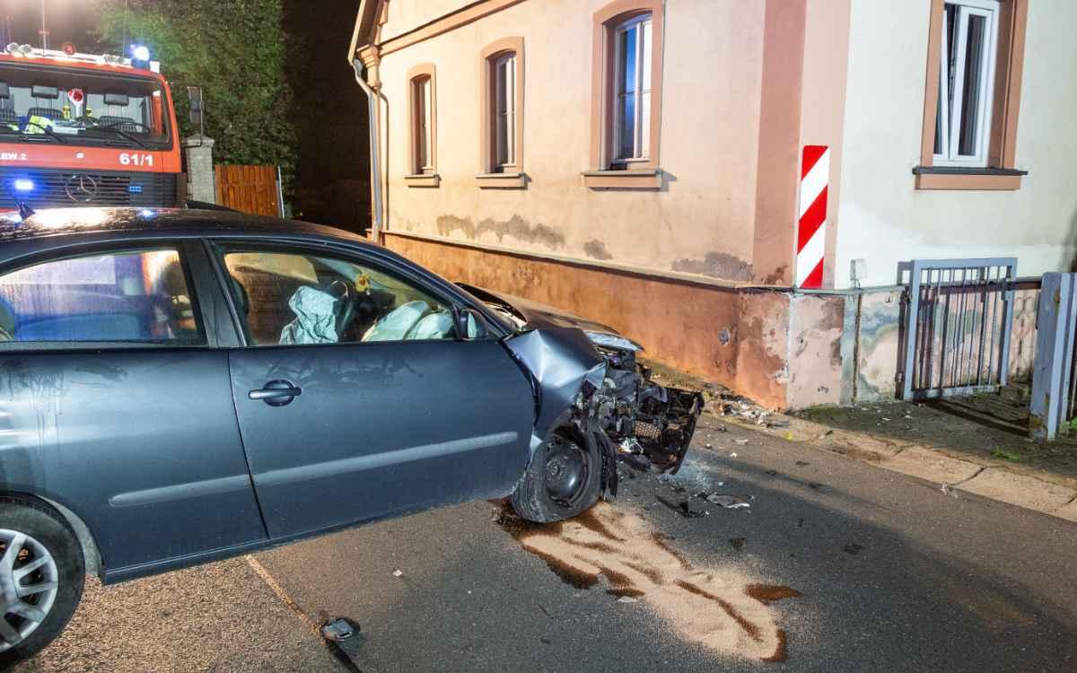 Im Rambach (Lkr. Bamberg) ist ein 20-Jähriger mit seinem Auto gegen eine Hauswand gekracht. Bild: News5/Merzbach