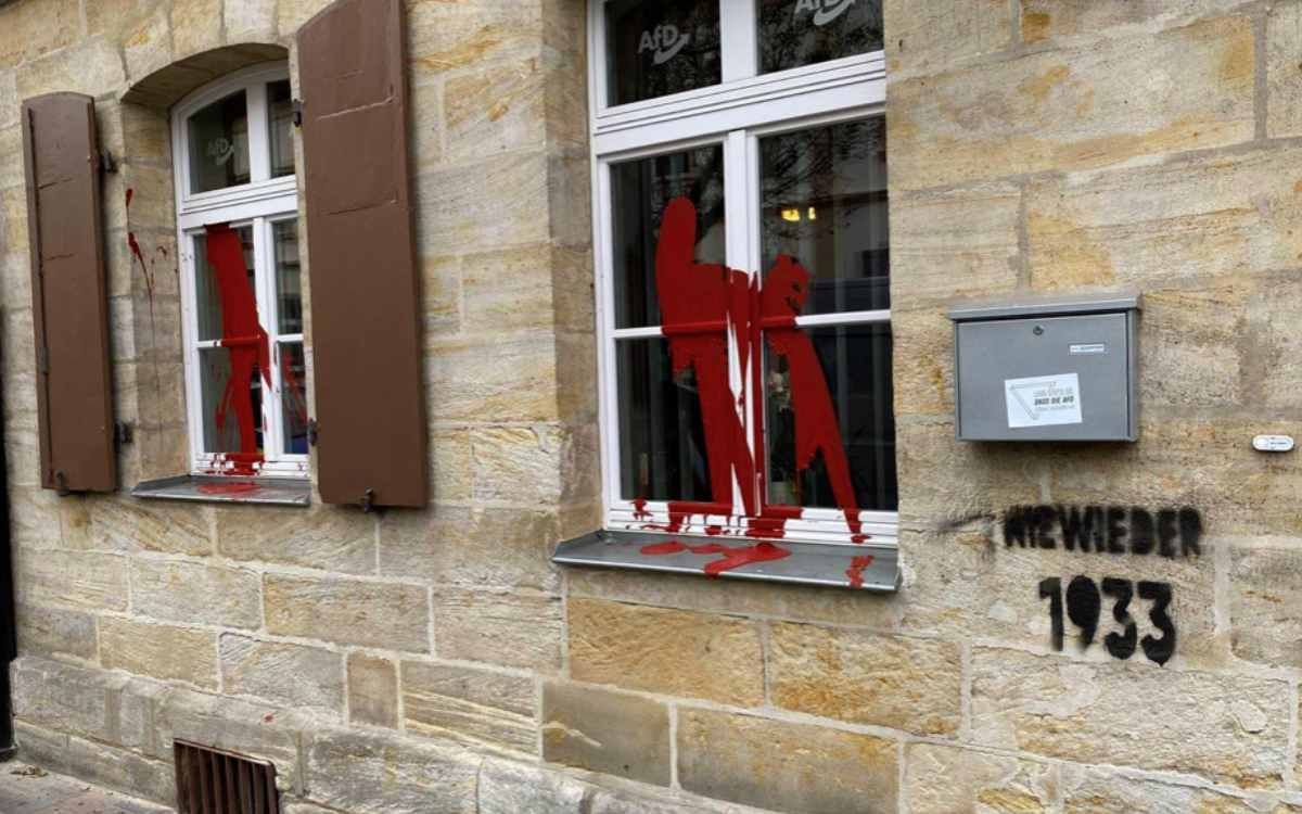 AfD-Büro in Bamberg: Die Räume des Landtagsabgeordneten Jan Schiffers sind Ziel einer Farbattacke geworden. Bild: Facebook/AfD Bamberg