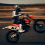 Ein Motorradfahrer ist in Bayreuth mit seiner getunten Maschine kontrolliert worden. Symbolbild: Unsplash/Bradley Dunn