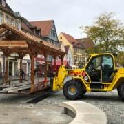 Das Winterdorf soll am 15. Oktober vor dem Alten Schloss starten. Heute (28.09.2021) ging es mit dem Aufbau los. Bild: Michael Kind