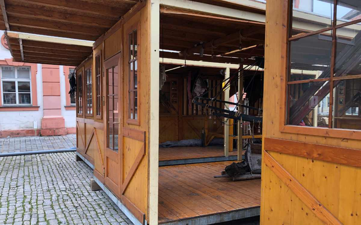 Die allseits bekannten Holzhütten - auch die Inneneinrichtung steht schon bereit. Bild: Michael Kind