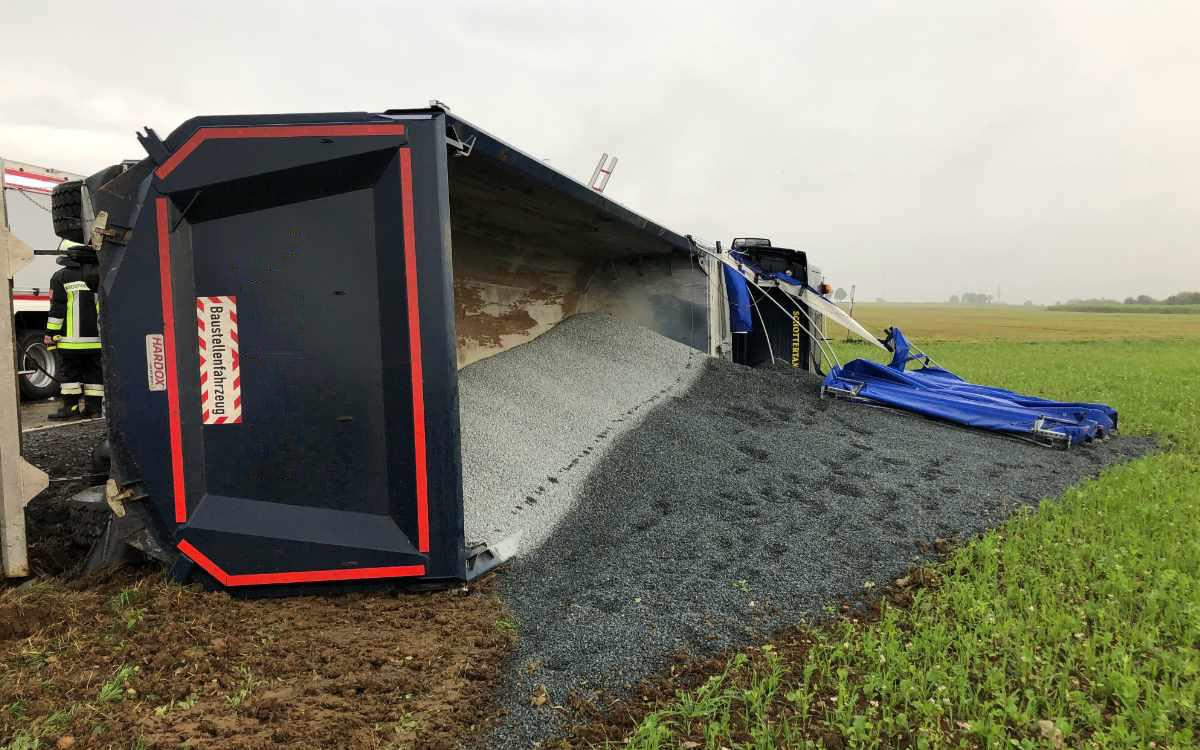 Am Bindlacher Berg im Kreis Bayreuth ist ein Lkw mit Kiesladung umgekippt. Eine Person wurde dabei verletzt. Bild: Michael Kind