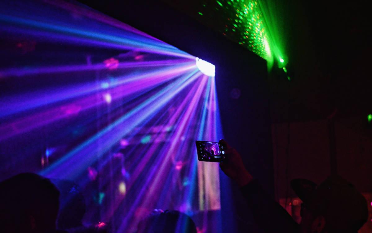 In Trockau hat ein Corona-positiver Gast in einer Disko gefeiert. Symbolbild: Pexels/Herror Conhache