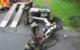 Ein Bagger stürzte am Dienstag von einer Rampe und blieb seitlich liegen. Der Fahrer wurde verletzt. Bild: Polizei Stadtsteinach