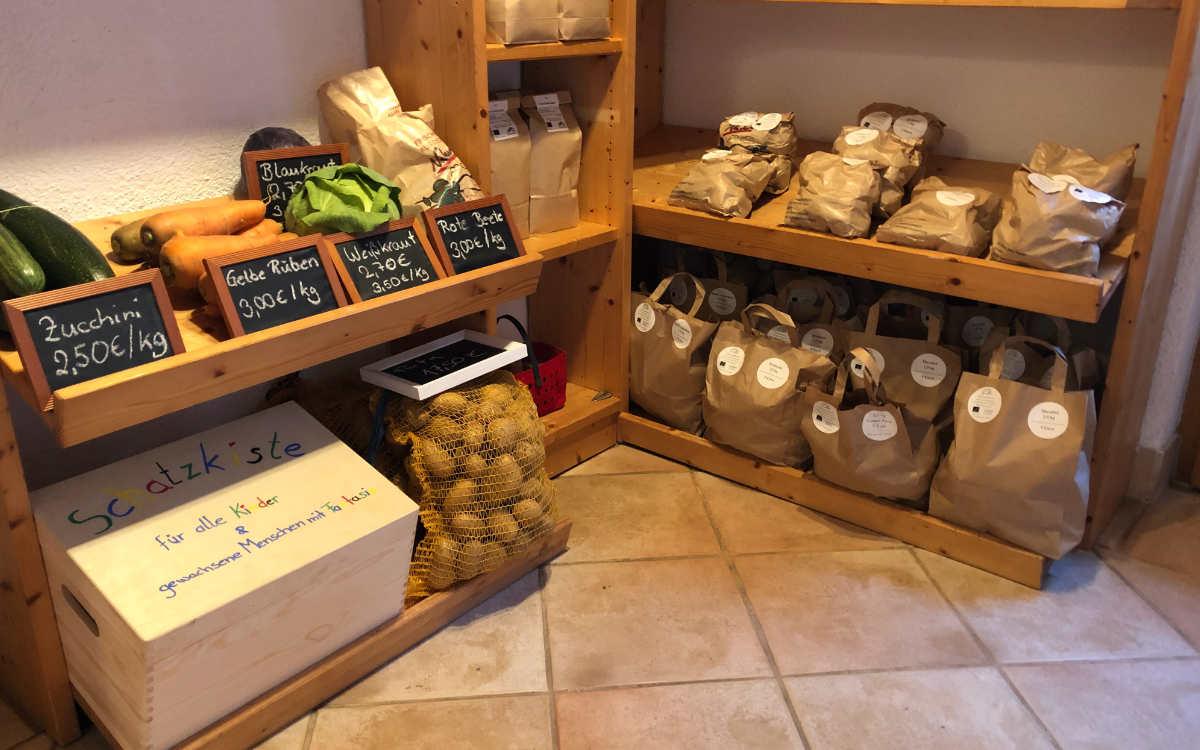 Der Gerstenhofladen hat ein reichhaltiges Angebot: hier das Kartoffel- und Gemüseregal. Bild: Michael Kind