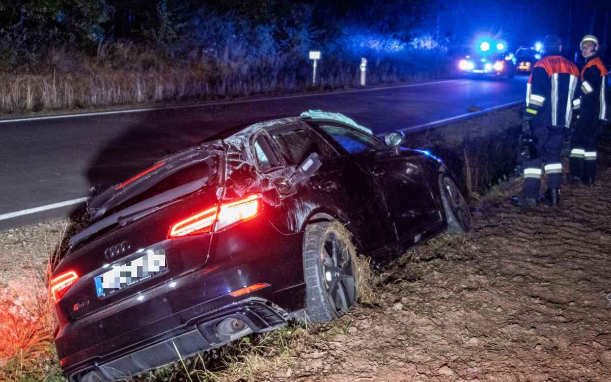 Unfall bei Burgebrach: Ein Audi RS3 hat sich am Samstagabend (9. Oktober) mehrfach überschlagen. Bild: News5/Merzbach