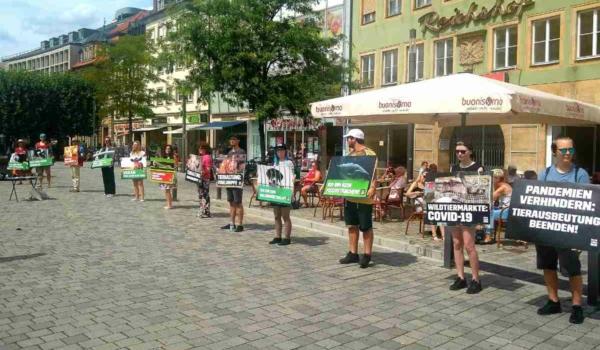Der Verein Menschen für Tierrechte Bayreuth e.V. bildet am Samstag (16. Oktober) eine Silent Line in Bayreuth. Archivbild: privat