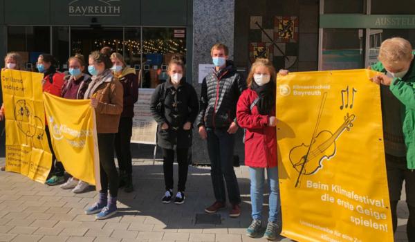 Demo vor dem Rathaus in Bayreuth: Grund war der Umweltausschuss, der über das Klimaschutzkonzept der Stadt beraten hat. Foto: Christoph Wiedemann