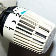 Richtig heizen im Winter: Wer den Thermostatkopf umsichtig dreht, der hat es immer angenehm warm und schon den Geldbeutel. Symbolbild: Pixabay