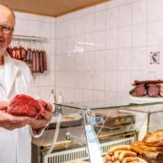 Norbert Böhmer in seinem kleinen Hofladen in Schrenkersberg, Plankenfels im Landkreis Bayreuth. Bild: Weiderindfleisch Böhmer
